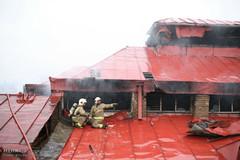 ساختمان سه طبقه در پی آتشسوزی در یک انبار فرش تخریب شد