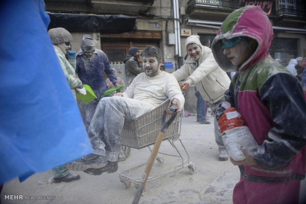 (تصاویر) نزاع متاهل و مجرد با آرد و تخممرغ! , مجله مراحم