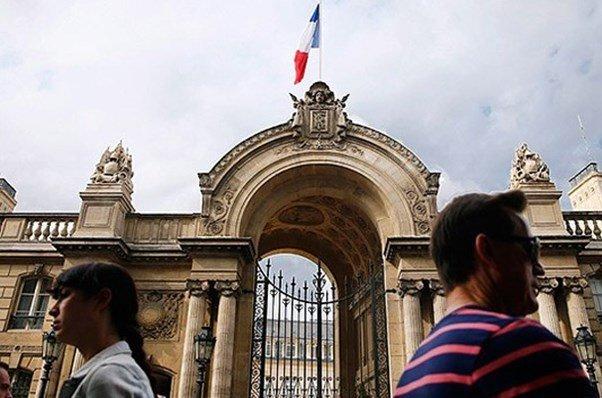 الشرطة الایرانیة تفرق مجموعة من الاشخاص تجمعوا امام السفارة الفرنسیة احتجاجا على مؤتمر زمرة المنافقين