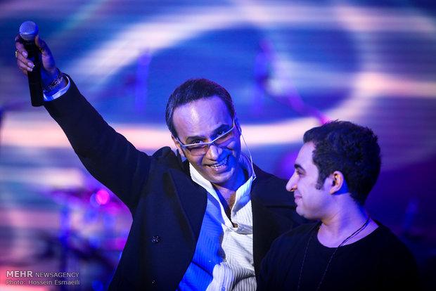 کنسرت موسیقی شهرام شکوهی در چهارمین روز جشنواره بین المللی موسیقی فجر