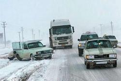 امدادرسانی به ٣٠٠ خودروی گرفتار در برف در محور اشتهارد