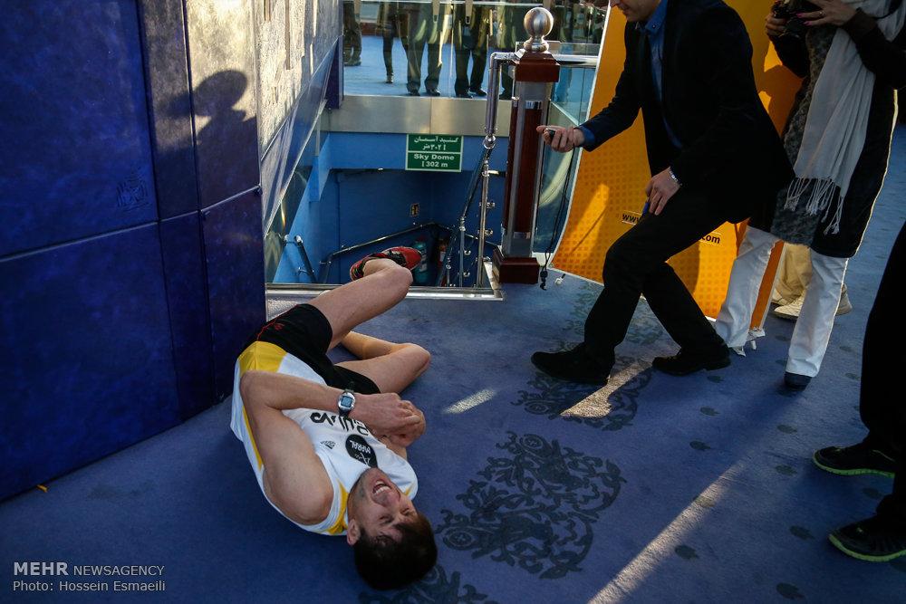 رکوردزنی احمد اسدی در بالا رفتن از پلههای برج میلاد