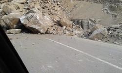 ریزش سنگ از کوه در بخشهایی از محور میگون به شمشک/کسی آسیب ندید