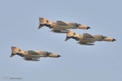 Yerli yapım savaş uçakları Tahran semalarında gösteri yaptı