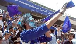 جشن هواداران استقلال مقابل اتوبوس این تیم بعد از دربی