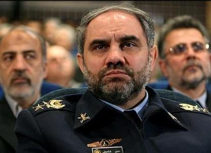 """قائد القوات الجوية في الجيش الإيراني يتفقد مخيم عسكري تابع لجامعة """"الشهيد سنائي"""" العسكرية"""