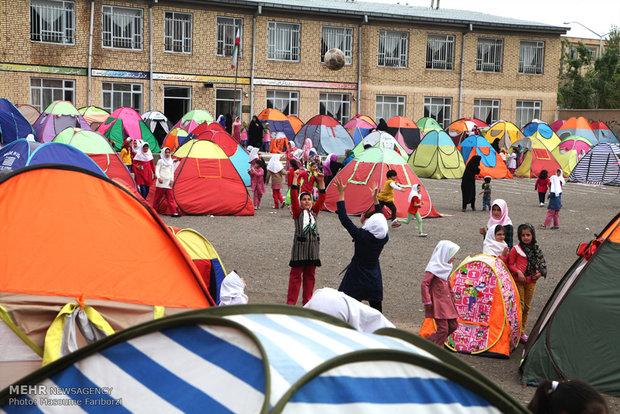 اردوی دانش آموزی دبستان دخترانه در حیاط مدرسه