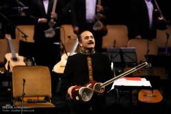 کیوان ساکت در ارکستر سازهای ملی سن پترزبورگ مینوازد