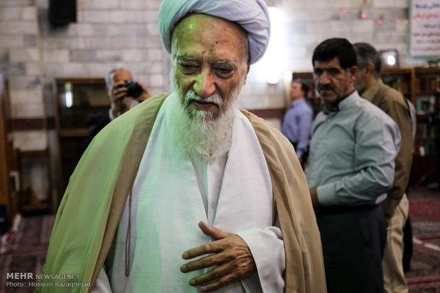 آغاز دهه تکریم و غبارروبی مساجد با حضور آیتالله موحدی کرمانی