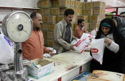 توزیع سبد غذایی بین خانواده زندانیان نیازمند بناب در ماه رمضان