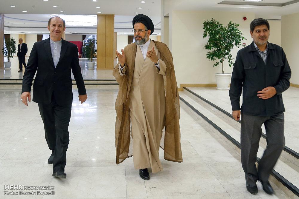دیدار مداحان و خادمین قرآن با رئیس جمهور
