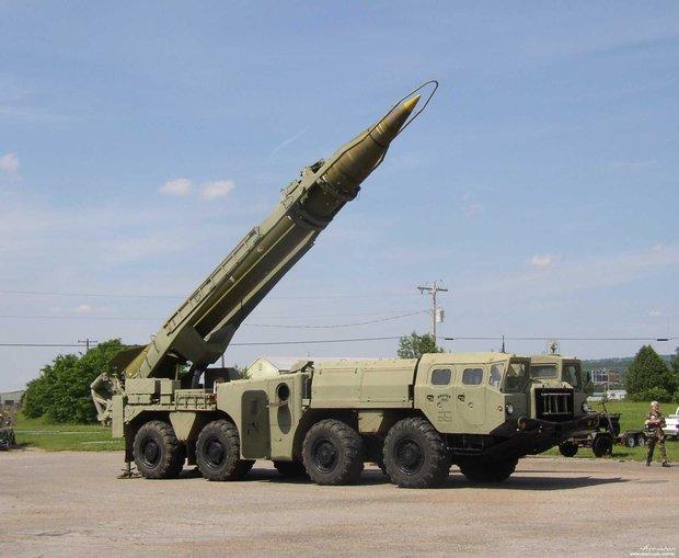 صاروخ توتشكا يمني يصيب اكبر القواعد البحرية السعودية