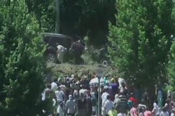 فلم/ سربیا کے وزير اعظم پر پتھروں اور جوتوں سے حملہ