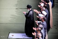 قائد الثورة الاسلامية يؤم صلاة عيد الفطر المبارك