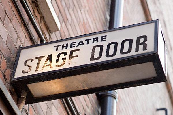 در خروجی صحنه تئاتر
