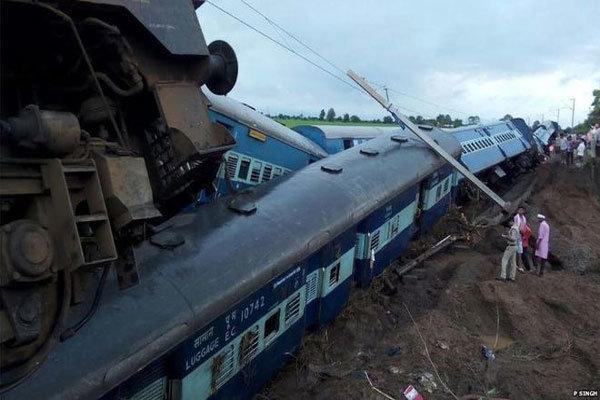 ہندوستان میں2 ٹرینوں کے پٹڑی سے اترنے کے نتیجے میں 20 افراد ہلاک