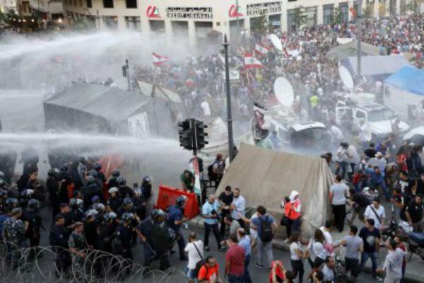 مواجهات بين محتجين على قرار ترامب وقوات الامن في لبنان