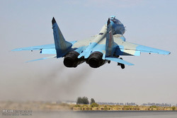 شلیک موشک نصر و بمب قاصد و انهدام اهداف زمینی توسط جنگندههایF4