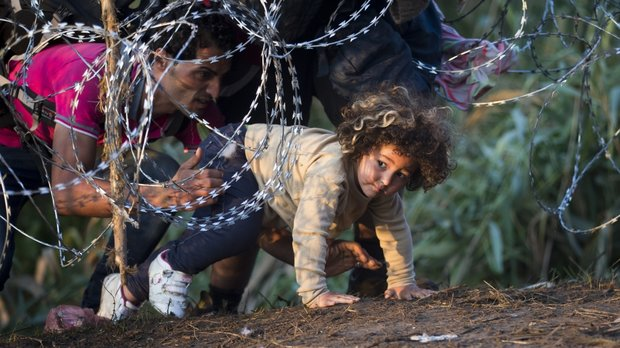 Hungary restricts refugees entrance, declares emergency