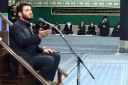 المنشد ميثم مطيعي يقرأ قصيدة عربية عن فلسطين بحضور قائد الثورة الاسلامية