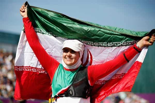 رياضية ايرانية تحمل علم الوفد الايراني في أولمبياد 2016