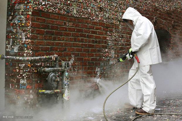 تمیز کردن دیوار آدامس