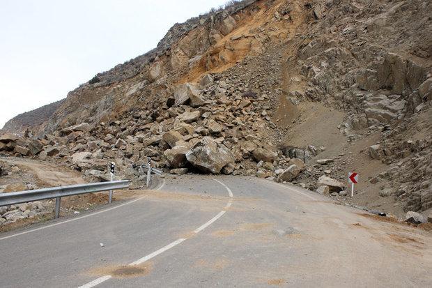 ریزش کوه در چند نقطه از محورهای مواصلاتی استان ایلام
