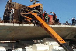 واژگونی یک دستگاه جرثقیل در بزرگراه اشرفی اصفهانی