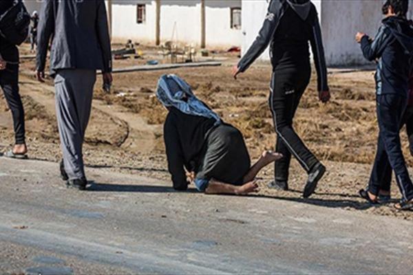 زائر معوق يتوجه زحفا الى كربلاء لاحياء زيارة الاربعينية
