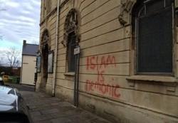شعارنویسی بر روی دیوار مساجد انگلستان