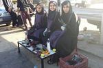 دخترانی که کفش زائران را برای روسفیدی خودشان سیاه میکنند