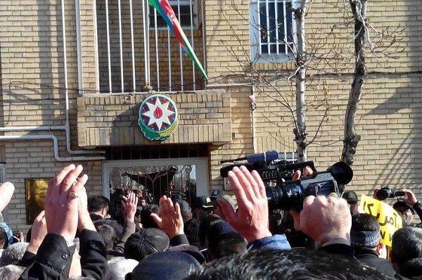 احتجاج أمام القنصلية الأذربيجانية في تبريز