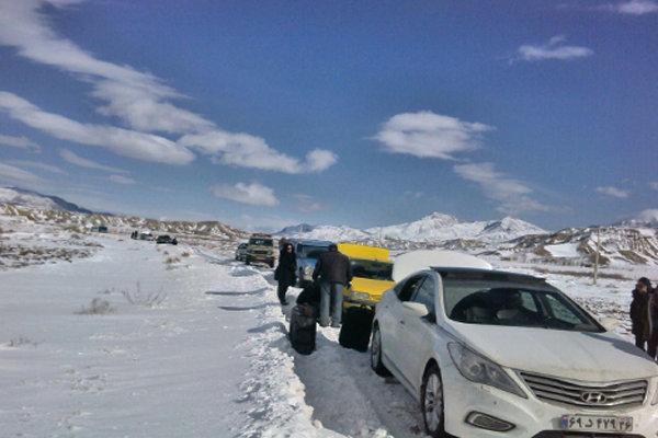 امدادرسانی به۵۰ خودروی گرفتاردر برف دامغان/ بازگشایی تمام جادهها