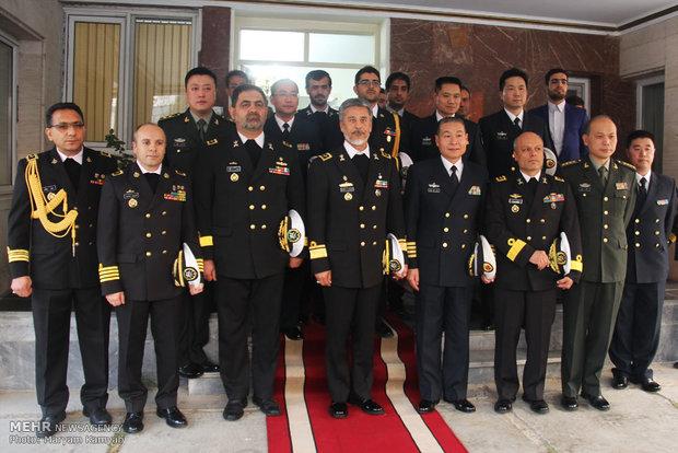 قائد القوة البحرية الايرانية يستقبل وفدا عسكريا صينيا