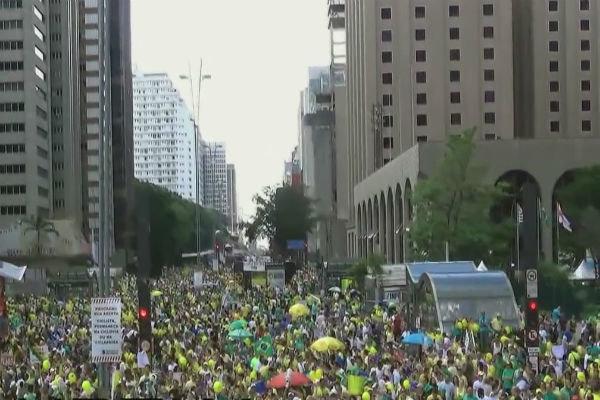 """تظاهرات الشعب البرازيلي دعما لاقالة """"روسف"""""""