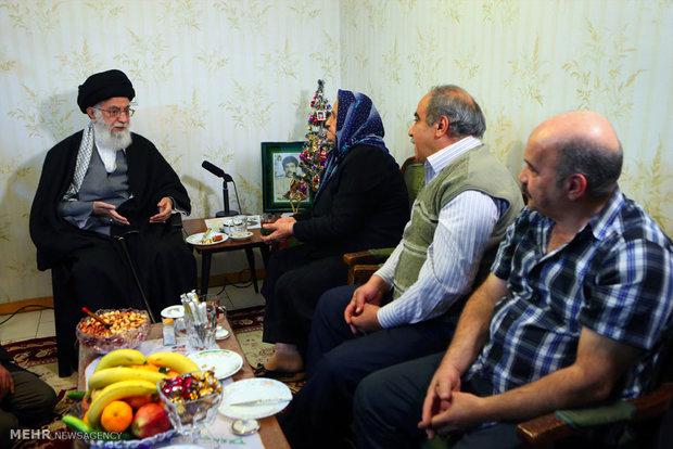 زيارة قائد الثورة الاسلامية لمنزل عائلة شهيد مسيحي