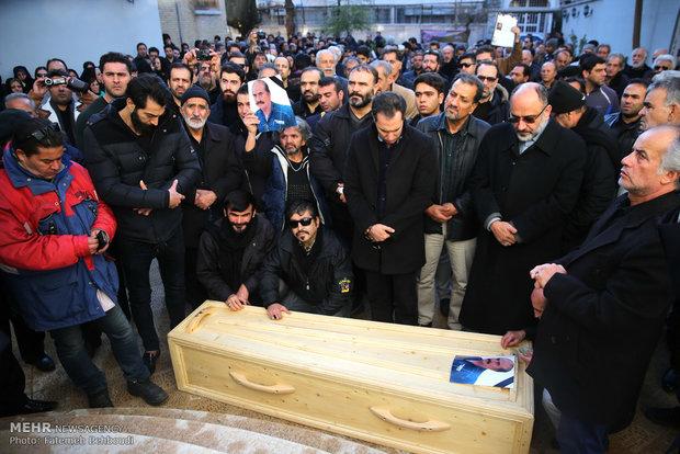 پیکر زنده یاد ولی الله مومنی به سوی خانه ابدی بدرقه شد