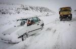 بارش برف و باران و ترافیک نیمه سنگین در جادهها