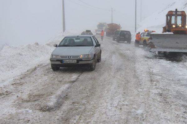 مسدود شدن جاده بر اثر بارش برف