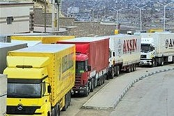 Tırda gizlenerek Türkiye'ye geçmek isteyen 17 yabancı yakalandı