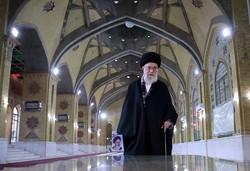 قائد الثورة الاسلامية يزور مرقد الامام الخميني (قدس)