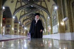 Leader pays tribute to late Imam Khomeini