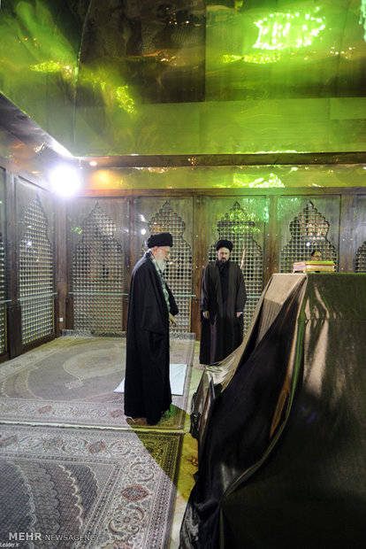 قائد الثورة الاسلامية يزور مرقد الامام الخميني (قدس) ومزار الشهداء في مقبرة جنة الزهراء