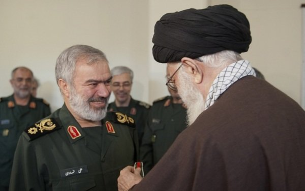 قائد الثورة يمنح قادة القوات البحرية للحرس الثوري وسام الفتح