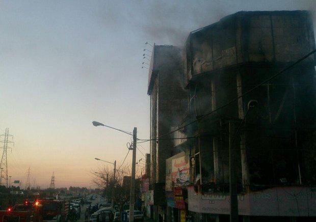 آتش سوزی یک مجتمع تجاری در مشهد ۴۰ آتش نشان را به محل حادثه کشاند