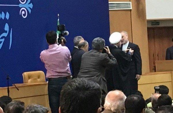 روحاني يمنح أوسمة اللياقة والشجاعة لوزيري الخارجية والدفاع ورئيس المنظمة الذرية