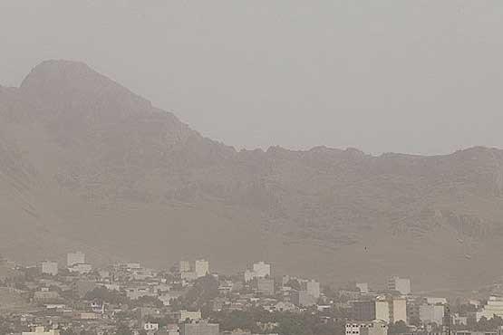 گرد و غبار شهرستان مهران را فرا گرفت/کاهش دید افقی به ۲۰۰ متر
