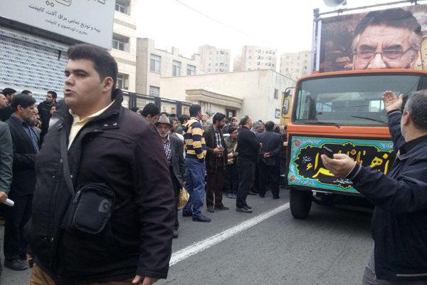 2012876 - با حضور مردم و مسئولان پیکر فرجالله سلحشور در خاک آرام گرفت