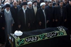 قائد الثورة الاسلامية يصلي على جثمان الشيخ واعظ طبسي
