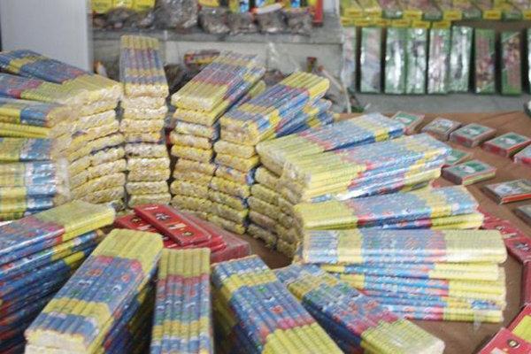 خودور پراید با ۱۲ هزار عدد مواد محترقه در شهرستان بهار متوقف شد
